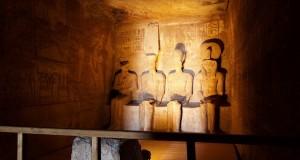 تعامد الشمس أثناء الشروق على وجه رمسيس الثانى فى قدس الأقداس بمعبد أبو سمبل