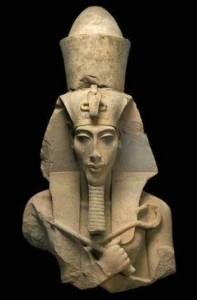 إخناتون أول من دعى لعبادة الإله الواحد التى أعتبرها البعض أنها ثورة تمرد ضد نظام الحكم و رجال الدين معاً