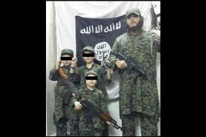 قد يكون هذا الرجل مثال للأب الصالح بعد سنوات، فهو يعلم أطفاله حمل السلاح منذ الصغر من أجل الدين!